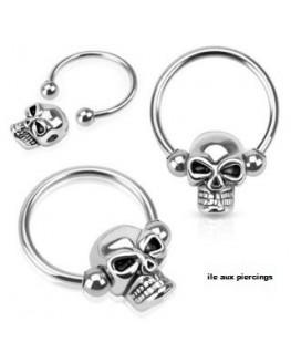 Piercing anneau captif avec tête de mort perlée
